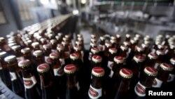 Des bouteilles de bières fabriquées à Hanoi, au Vietnam, le 26 mai 2015.
