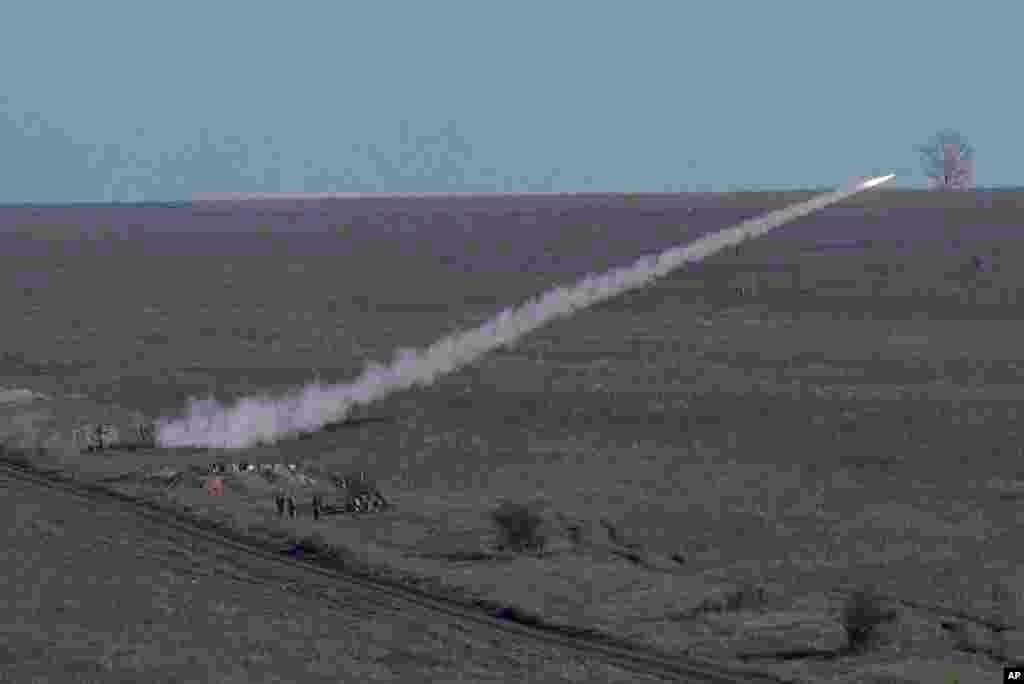 شلیک یک موشک ضد هوایی توسط سربازان اوکراینی در یک تمرینات نظامی نزدیک اورزوف، شرق اوکراین