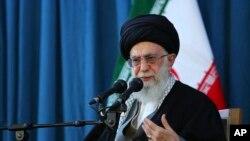 """آیتاﻟله علی خامنهای روز ۱۳ اردیبهشت ماه خطاب به آمریکاییها گفت، شماه هم بروید در """"خلیج خوکها"""" رزمایش برگزار کنید."""