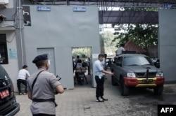 Polisi tiba di pelabuhan Cilacap untuk menyeberang ke Pulau Nusakambangan, lokasi Lapas Nusakambangan, lapas dengan penjagaan paling ketat di Indonesia, 25 Juli 2016. (Foto: AFP)