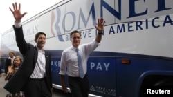 Mitt Romney y Paul Ryan saludan al público en Norforlk, Virginia, tras anunciarse que el congresista integra la boleta republicana.