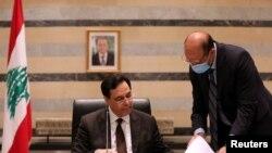 Menteri Kesehatan Lebanon, Hamad Hasan (kanan) berbicara dengan Perdana Menteri Lebanon Hassan Diab dalam pertemuan kabinet di istana pemerintah di Beirut, Lebanon, 10 Agustus 2020. (REUTERS / Mohamed Azakir).