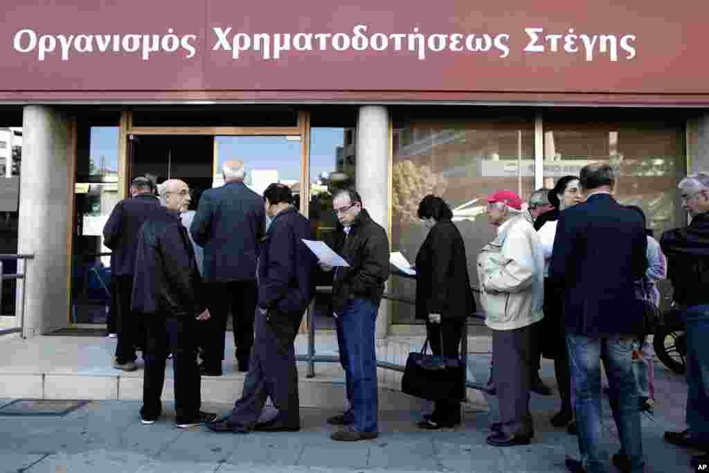 Người đứng chờ bên ngoài Ngân hàng Tài trợ Gia cư ở thủ đô Nicosia, là ngân hàng của nhà nước chuyên cho người có thu nhập thấp và vừa vay tiền mua nhà.