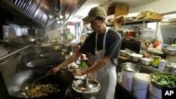康涅狄格州的一家中餐馆里的厨师正在炒菜(资料照片)
