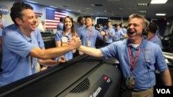 ناسا میں خلائی گاڑی، کیوراسیٹی، کے کامیابی کے ساتھ مریخ پر اترنے کی خوشیاں