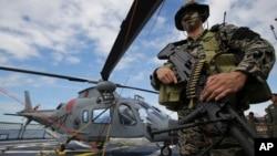 17일 필리핀 마닐라만에 미 해안경비대 함정을 개조한 새 군함이 정박해 있다.