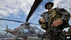 菲律賓海軍特種部隊隊員12月17日在艦載直升機旁留影