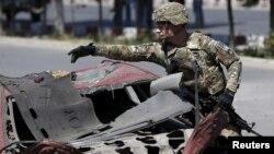 지난해 6월 아프가니스탄 카불에서 자살 폭탄 테러가 발생한 후, 미군이 현장을 수색하고 있다.