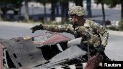 미군 특수부대원이 아프가니스탄 카불의 자살폭탄공격 현장을 조사하고 있다. (자료사진)
