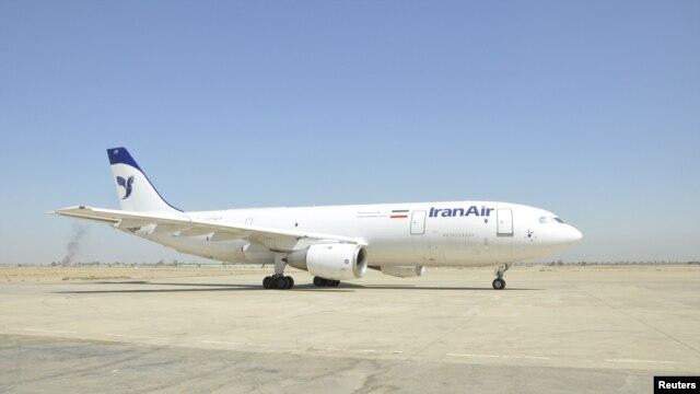 Một máy bay chở hàng của Iran trên đường băng trong quá trình kiểm tra tại phi trường Baghdad, ngày 2/10/2012.