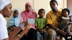 Một gia đình đang nghe những chỉ dẫn về kế hoạch hóa gia đình tại một bệnh viên ở Zanzibar