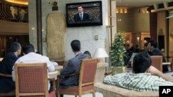 Sirijci slušaju govor predsednika Asada na televiziji