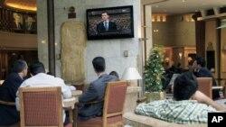 Dân chúng Syria xem bài diễn văn của ông al-Assad trên truyền hình tại Damascus, ngày 3/6/2012