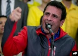 ຜູ້ນຳພັກຝ່າຍຄ້ານທ່ານ Henrique Capriles ກ່າວຄຳປາໄສໃນລະຫວ່າງກອງປະຊຸມຖະແຫຼງ ຂ່າວໃນນະຄອນຫຼວງ Caracas, ເວເນຊູເອລາ. 21 ຕຸລາ 2016.