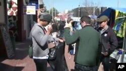 Des touristes faisant des emplettes à Johannesburg
