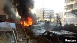 Các nhân viên phòng vệ dân sự đang dập tắt ngọn lửa sau vụ nổ gần Đại sứ quán Iran trong thủ đô Beirut, Li-băng, 19/11/13