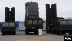 2014年莫斯科武器展上展出的S-400發射和雷達系統(美國之音白樺拍攝)