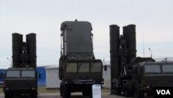 2014年莫斯科武器展上展出的S-400發射和雷達系統 (美國之音白樺拍攝)