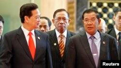 Thủ tướng Campuchia Hun Sen và Thủ tướng Việt Nam Nguyễn Tấn Dũng gặp nhau tại Hội nghị thượng đỉnh ASEAN ở Bandar Seri Begawan hồi tháng 4, 2013.