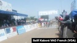 L'arrivée de la 5e étape du Tour du Faso, Boromo, 3 nov. 2015. Photo Salif Kaboré VOA