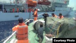 台湾海巡署2016年6月4日扣押涉嫌越境捕鱼的越南渔民 (台湾海巡署提供)