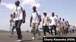 D'anciens ex-combattants du M23 à leur retour d'Ouganda à l'aéroport de Goma, Nord-Kivu, le 26 février 2019. (VOA/Charly Kasereka)