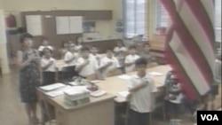 公立学校学生课前背诵效忠誓词(视频截图)