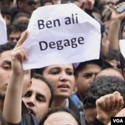 Para demonstran di Tunis menuntut Presiden Ben Ali untuk mundur dari jabatannya.