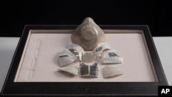 一家以色列珠寶公司展示了它所說的世界上最昂貴的新冠病毒口罩。這款金黃色、鑲有鑽石的口鼻覆蓋物,價格為150萬美元。