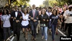 """华盛顿的大学生从校园走向林肯纪念堂,参加纪念马丁•路德•金牧师 """"我有一个梦想""""民权讲话50周年大会"""