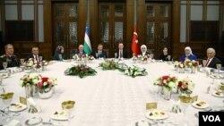 O'zbekiston Prezidenti Shavkat Mirziyoyev (markazda) sharafiga yozilgan dasturxon, Anqara, Turkiya