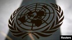 Ảnh tư liệu - Hình ảnh Tòa nhà trụ sở chính của Liên Hiệp Quốc được chụp qua một cửa sổ với logo Liên Hiệp Quốc ở phía trước.