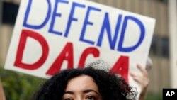 Tổng thống Donald Trump đã tuyên bố chấm dứt chương trình DACA năm 2012 của Tổng thống Đảng Dân chủ Barack Obama. Chương trình này bảo vệ khoảng 800.000 người không có giấy tờ được đưa đến Mỹ bất hợp pháp lúc nhỏ, chủ yếu là từ Mexico và Trung Mỹ, khỏi bị trục xuất.