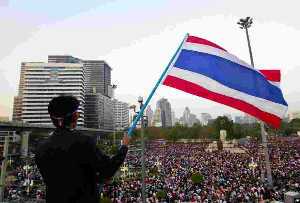 Hàng vạn người xuống đường tuần hành qua thủ đô Bangkok của Thái Lan làm tê liệt giao thông, đối mặt với cảnh sát bên ngoài dinh của thủ tướng trong cuộc biểu tình rầm rộ mới nhất chống chính phủ, 22/12/13