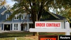 华盛顿郊外的一所房子外面有告示牌,写着有人已经签约购买(资料照片)