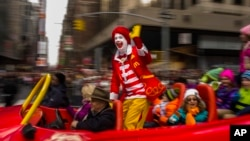 Ronald McDonald salue la foule lors de la Thanksgiving Day Parade de Macy's, à New York, le 26 novembre 2015.