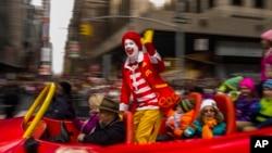 Ronald McDonald melambaikan tangan pada kerumunan orang di Parade Hari Thanksgiving Macy's di New York. (Foto: Dok)