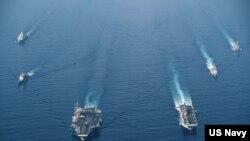 美國海軍羅斯福號航母戰鬥群與馬金島號兩棲戒備群2021年4月9日在南中國海進行編組巡航。(美國海軍提供)