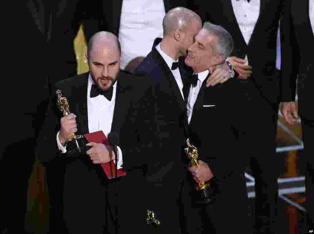 یک اشتباه عجیب! ابتدا لالالند به عنوان بهترین فیلم معرفی شد اما بعد مشخص شد که اسکار بهترین فیلم به مهتاب تعلق گرفته است.