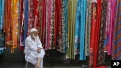 巴基斯坦拉合爾路邊的一個賣布的小販(資料照片)