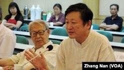 北京历史学者章立凡(前排右侧) (美国之音张楠拍摄)