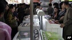 북한 평양 3대혁명전시관에서 제16차 국제상품전람회가 열리는 가운데, 지난 15일 중국산 세탁기를 살펴보는 평양 주민들.