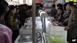 지난 2013년 5월 북한 평양 3대혁명전시관에서 제16차 국제상품전람회가 열리는 가운데, 평양 주민들이 중국산 세탁기를 살펴보고 있다. (자료사진)