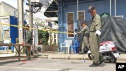 Các nhân viên điều tra tại hiện trường vụ nổ bom ở thị trấn Hua Hin, cách thủ đô Bangkok 240km về phía nam, ngày 12/8/2016.