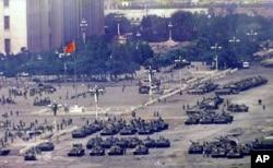 1989年6月5日军事镇压一天之后聚集在北京天安门广场的军人和坦克