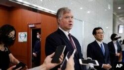 지난 7월 서울을 방문한 스티브 비건 미국 국무부 부장관 겸 대북특별대표가 기자들의 질문에 답하고 있다.
