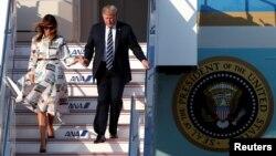 Presiden Donald Trump dan Ibu Negara Melania Trump tiba di Bandara Internasional Haneda di Tokyo, 25 Mei 2019.