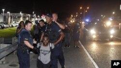 Cuatro de cada 10 hispanos afirman que ellos, o alguien a quien conocen, han sido objeto de violencia o acoso a manos de la policía.