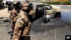 Inteko zijejwe umutekano ziriko zisuzuma ikibanza bombe yaturikiyemwomu gisagara ca Basra, mu bumanuko bwa Iraki.