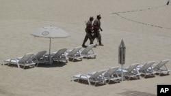 20國集團峰會在墨西哥召開﹐墨西哥軍人在海邊旅遊勝地洛斯卡波的海灘進行搜查。